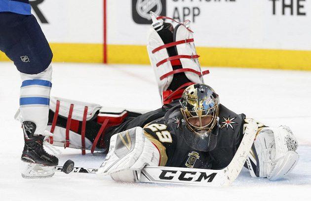 Brankář Vegas Golden Knights Marc-Andre Fleury likviduje šanci Winnipegu Jets ve finále Západní konference NHL.
