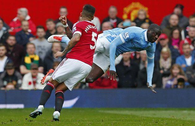 Yaya Touré z Manchesteru City (vpravo) a Marcos Rojo z Manchesteru United v souboji o balón.