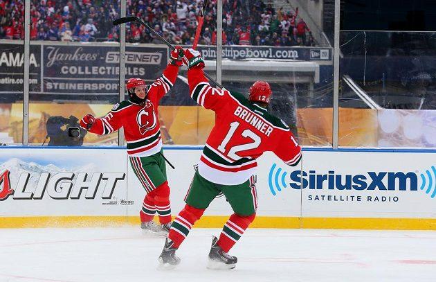 Útočník Devils Patrik Eliáš (26) se raduje s Damienem Brunnerem (vpravo) z gólu proti New Jersey Devils.