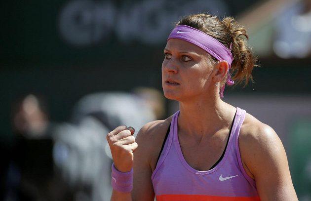 Vítězné gesto Lucie Šafářové po jedné z výměn v zápase proti Srbce Aně Ivanovičové.