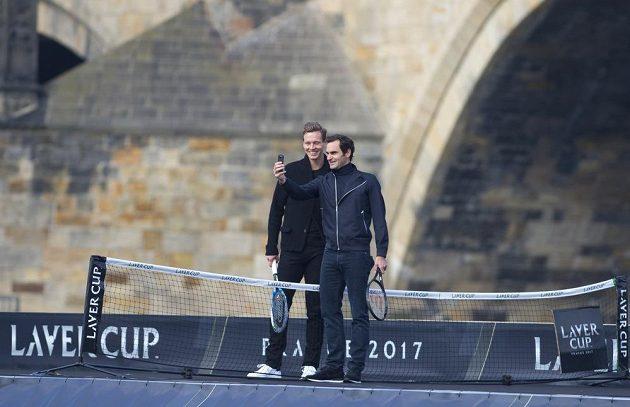 Roger Federer a Tomáš Berdych se fotografují na lodi poblíž Karlova mostu v Praze.