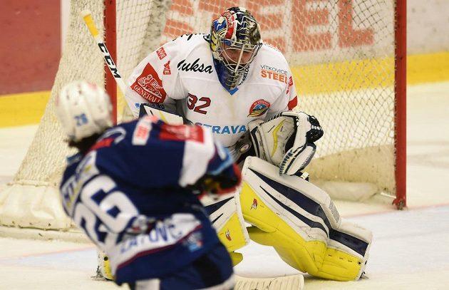Vítkovický brankář Patrik Bartošák likviduje jednu ze střel brněnských hokejistů.
