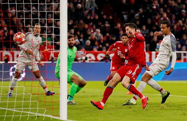 Liverpoolský nešťastník Joel Matip si dává vlastní gól v utkání s Bayernem.