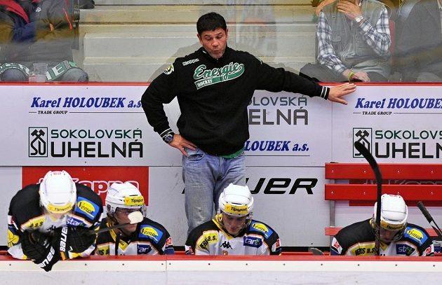 Zklamání ve tváři karlovarského trenéra Richarda Žemličky po vysoké porážce s pražskou Spartou.