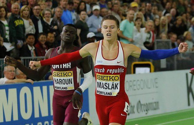 Český sprinter Pavel Maslák protíná cíl 400 m jako první na halovém mistrovství světa v Portlandu.