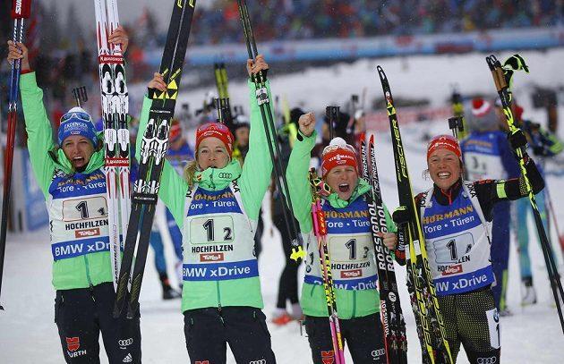 Ve štafetě vítězné Němky Vanessa Hinzová, Franziska Hildebrandová, Maren Hammerschmidová a Laura Dahlmeierová.