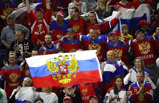 Fanoušci Ruska během utkání s Lotyšskem.