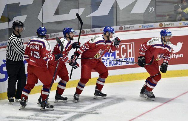 Čeští hokejoví reprezentanti se radují z gólu prosti Švédsku.