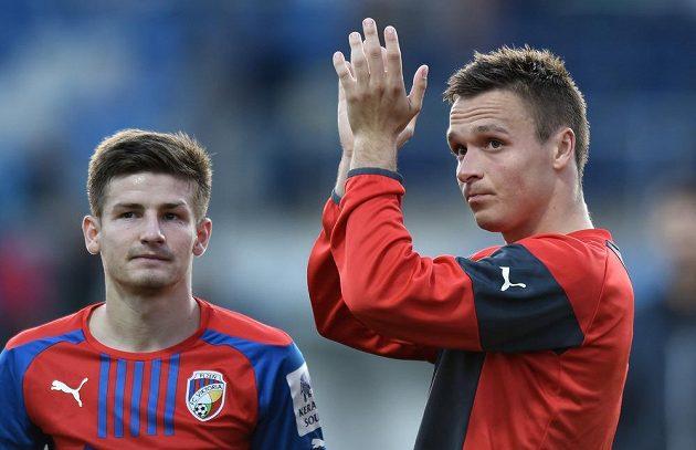 Plzeňský útočník Stanislav Tecl (vpravo) a Václav Pilař děkují fanouškům po utkání 11. kola Synot ligy v Mladé Boleslavi.