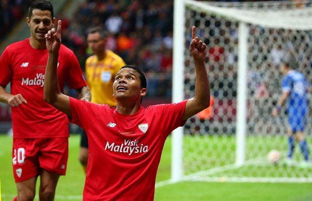 Kolumbijský útočník Carlos Bacca ze Sevilly se raduje ze vstřelené branky ve finále Evropské ligy s Dněprem.