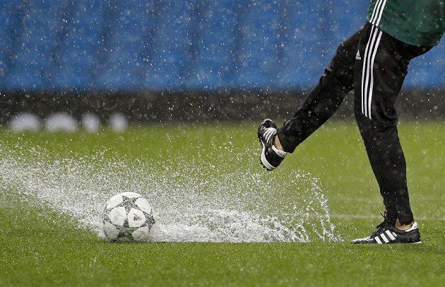 Podmáčený terén na Etihad Stadium nedovolil odehrát utkání mezi Manchesterem City a Borussií Mönchengladbach.