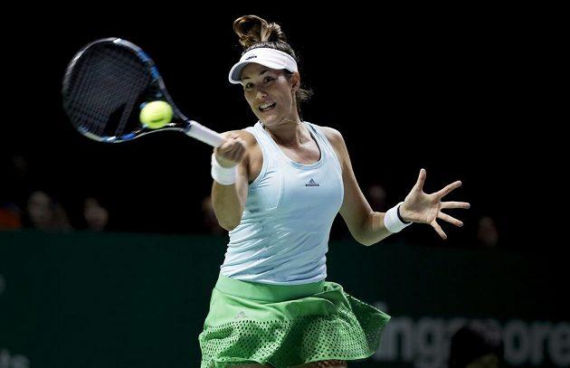 Španělská tenistka Garbiňe Muguruzaová vrací míček na polovinu Karolíny Plíškové.