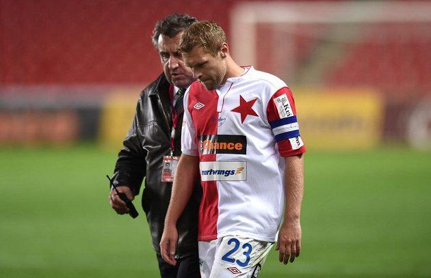 Kapitán Slavie Praha Karel Piták a hlavní pořadatel během přerušení utkání 27. kola Gambrinus ligy s Příbramí.