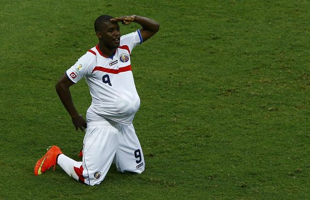Joel Campbell oslavuje gól Kostariky v duelu s Uruguayí.