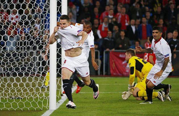 Sevillský Kevin Gameiro slaví gól ve finále Evropské ligy proti Liverpoolu.