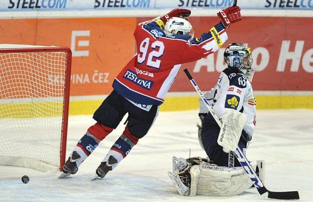 Pardubický Tomáš Nosek se raduje z gólu, na ledě smutně přihlíží brankář Filip Šindelář z Vítkovic.