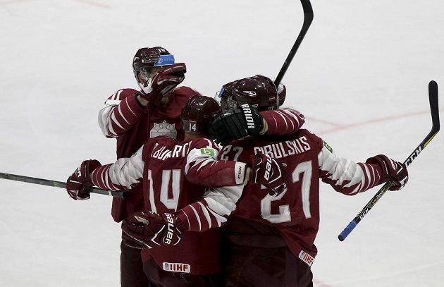 Hokejisté Lotyšska slaví vedoucí brankou