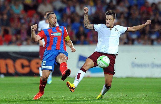 Plzeňský záložník Pavel Horváth (vlevo) a Václav Kadlec z pražské Sparty v utkání 5. kola Gambrinus ligy.
