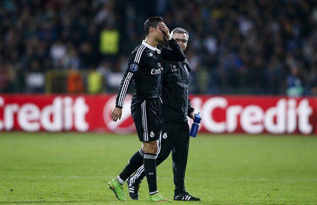 Cristiano Ronaldo opouští trávník stadiónu Vassil Levski v Sofii po výhře 2:1 nad Ludogorcem Razgrad.