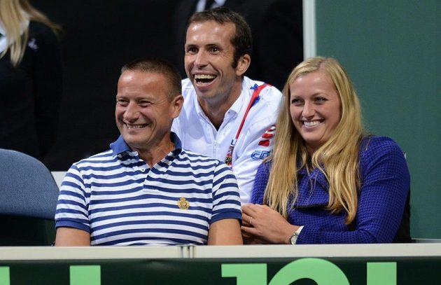 Tenisový pár Radek Štěpánek (uprostřed) a Petra Kvitová sledují druhé utkání semifinále Davis Cupu mezi Českou republikou a Argentinou.