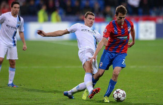 Plzeňský záložník Tomáš Hořava (vpravo) si kryje míč před dotírajícím útočníkem Manchesteru City Edinem Džekem v duelu Ligy mistrů.