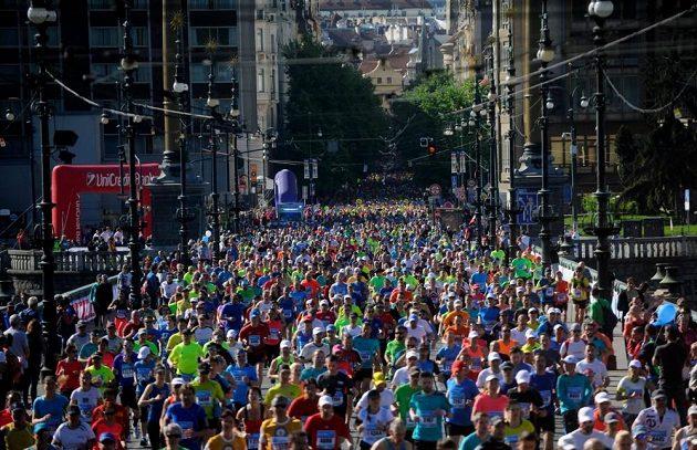 Více než deset tisíc běžců se v neděli účastnilo pražského maratónu.