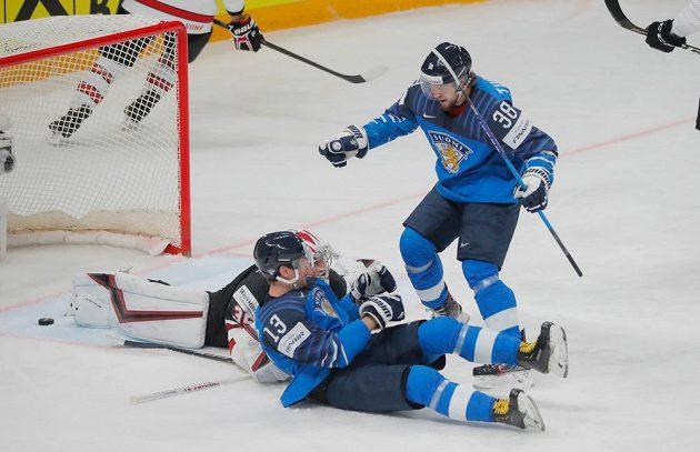 Mikael Ruohomaa (vlevo) se raduje ze svého gólu na 1:0 s Teemu Turunenem.