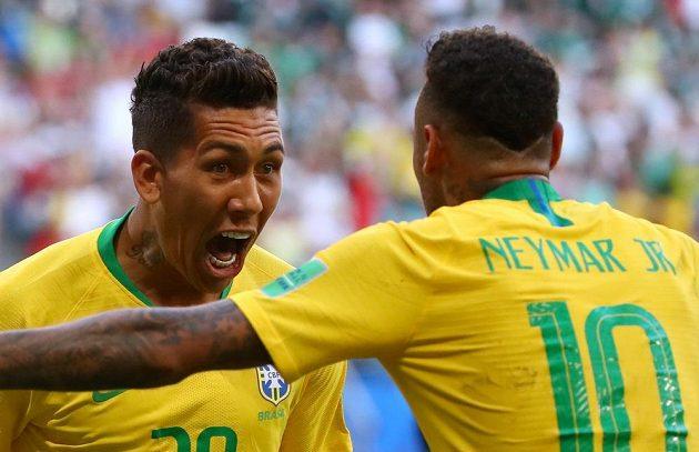 Brazilští střelci v duelu s Mexikem, Roberto Firmino (vlevo) s Neymarem oslavují druhou brankou.
