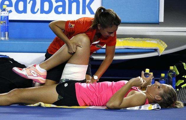 Kristýna Plíšková se během zápasu nechala na kurtu ošetřit.