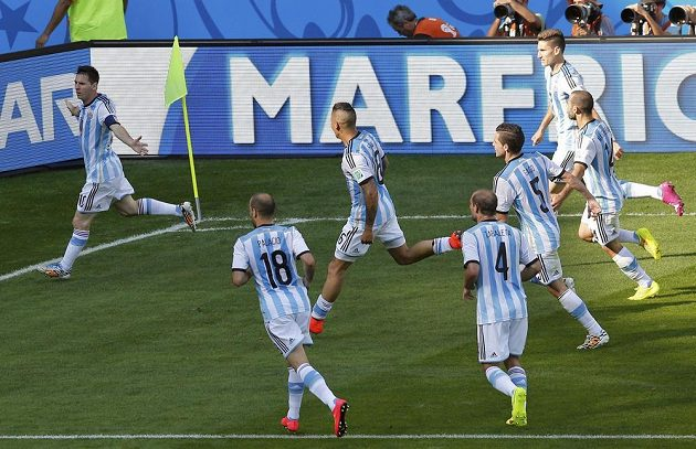 Argentinci slaví gól Messiho, po němž porazili Írán těsně 1:0.