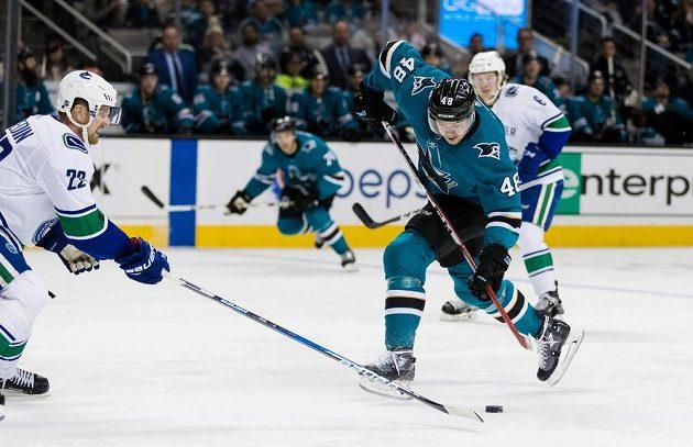 Útočník San Jose Sharks Tomáš Hertl se pokouší zakončit přes bránícího Daniela Sedina z Vancouveru v utkání NHL.
