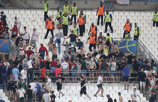 Srocování fanoušků při zápase Anglie - Rusko.