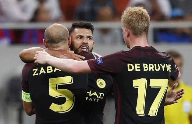 Sergio Agüero (uprostřed) jásá po druhém gólu Manchesteru City na hřišti Steauy s Pablem Zabaletou a Kevinem de Bruynem.