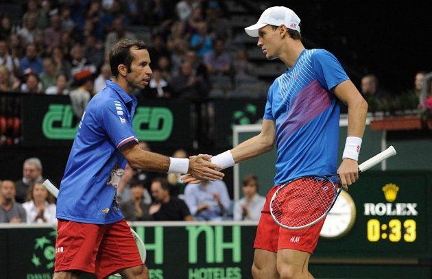 Čeští tenisté Radek Štěpánek (vpravo) a Tomáš Berdych během třetího utkání semifinále Davis Cupu s argentinským párem Carlos Berlocq a Horacio Zeballos.