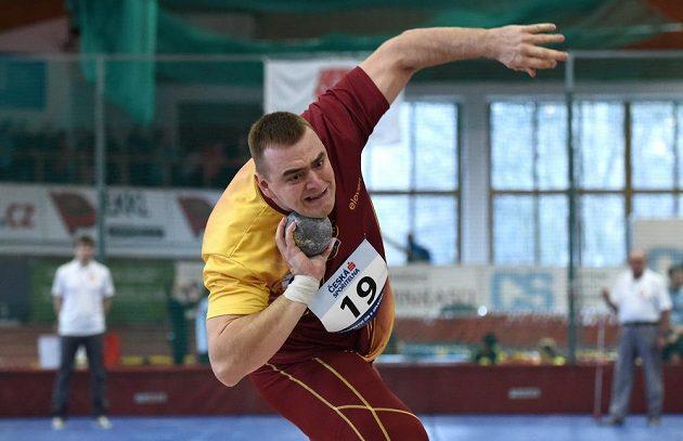 Koulař Ladislav Prášil během halového mistrovství republiky v atletice.