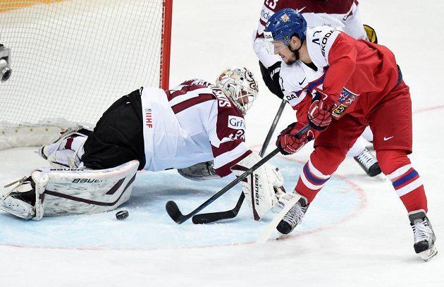 Jan Kovář se snaží vyzrát na lotyšského gólmana Edgarse Masalskise.