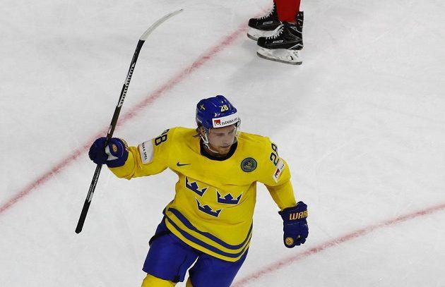 Švédský hokejista Elias Lindholm se raduje ze vstřelené branky v duelu s Ruskem na mistrovství světa 2017.