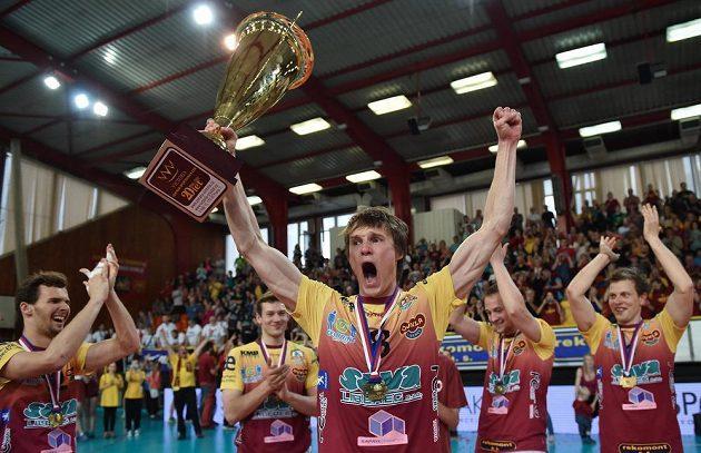 Liberecký volejbalista Jakub Janouch s pohárem pro vítěze extraligy.