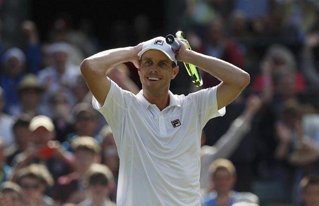 Americký tenista Sam Querrey nemůže uvěřit tomu, že vyřadil ve Wimbledonu světovou jedničku Novaka Djokoviče.
