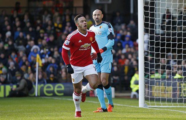Memphis Depay (vpředu) slaví vedoucí gól Manchesteru United na hřišti Watfordu.