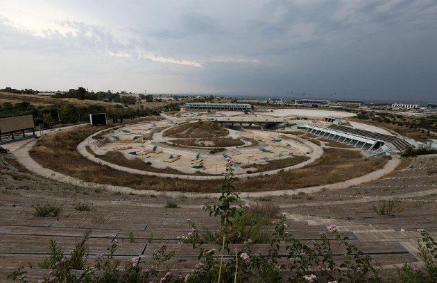 Chlouba aténské olympiády, supermoderní kanál na vodní slalom dnes zeje prázdnotou a chátrá.