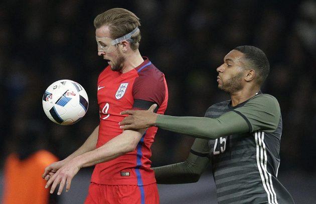 Střelec prvního gólu Angličanů Harry Kane (vlevo) v souboji s Jonathanem Tahem z Německa.