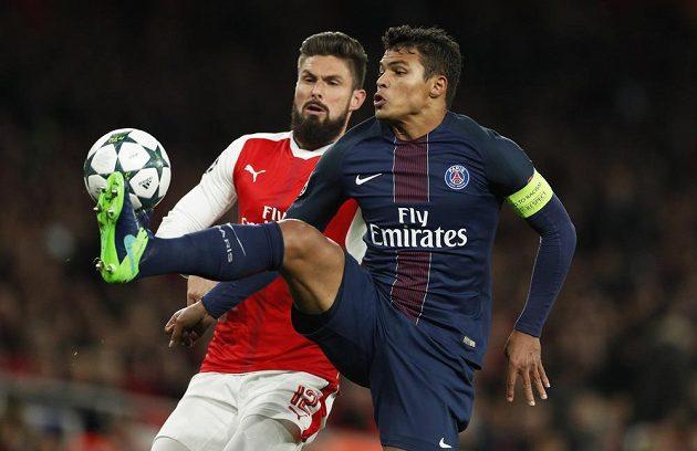 Thiago Silva (vpravo) z PSG v souboji s Olivierem Giroudem z Arsenalu.