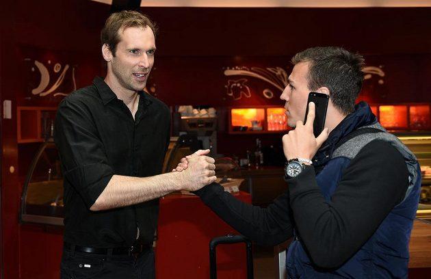 Brankář Petr Čech (vlevo) se zdraví na reprezentačním srazu se záložníkem Vladimírem Daridou.