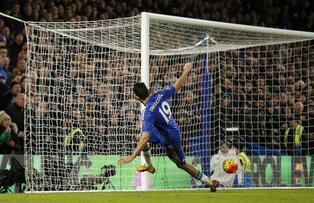 Diego Costa střílí gól do sítě Manchesteru United