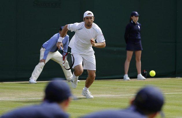 Benjamin Becker během střetnutí s Tomášem Berdychem ve 2. kole Wimbledonu.