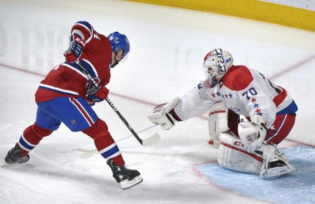 Tomáš Plekanec z Montrealu se snaží vyzrát na washingtonského gólmana Holtbyho.