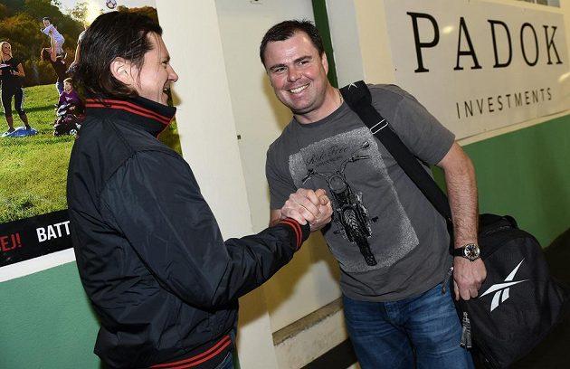 Nový tiskový mluvčí Martin Procházka (vlevo) se zdraví s asistentem trenéra Jaroslavem Špačkem na kempu hokejové reprezentace ve Velkých Popovicích.