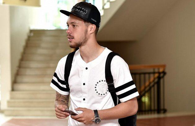 Václav Kadlec příchází na sraz české fotbalové reprezentace před utkáním kvalifikace ME 2016 s Islandem.
