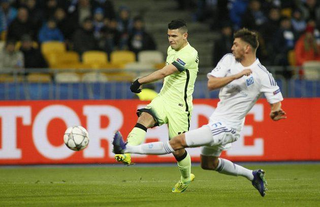Sergio Agüero střílí v zápase s Dynamem Kyjev.